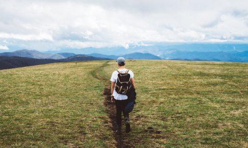 キャンプ場へ向かう道を歩く初心者