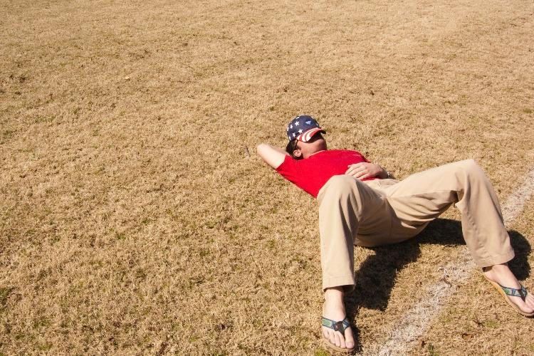地面に寝転んだ男性