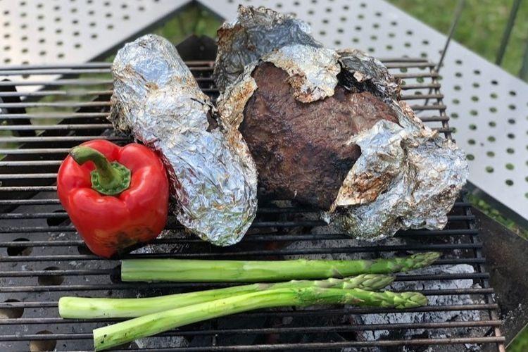アルミホイルに包まれた塊肉