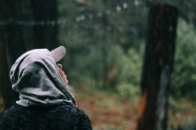 雨を見上げる女性